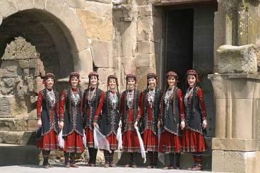 Les sœurs Dupont et Dupond en costume traditionnel